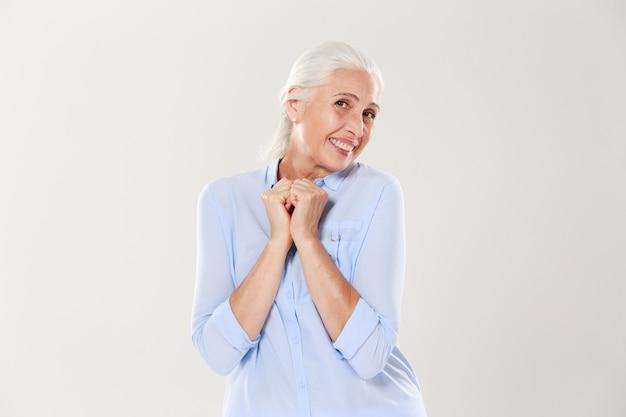 終了した年配の女性の肖像画