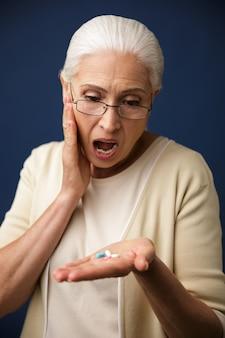 錠剤を見てショックを受けた女性。