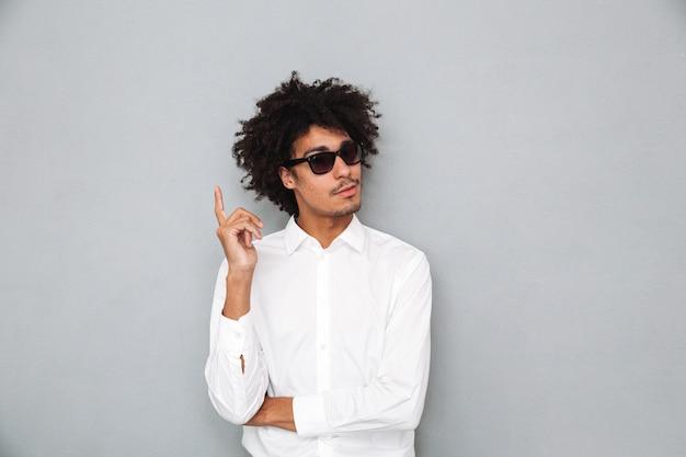 Портрет успешного молодого африканского человека в белой рубашке