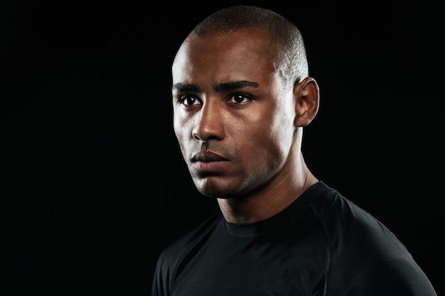 若いアフロアメリカンの男のクローズアップの肖像画