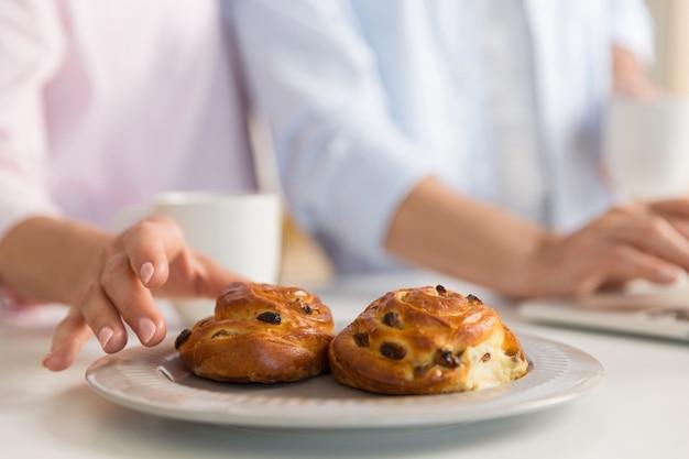 Подрезанное фото зрелой любящей семьи пар есть печенья.