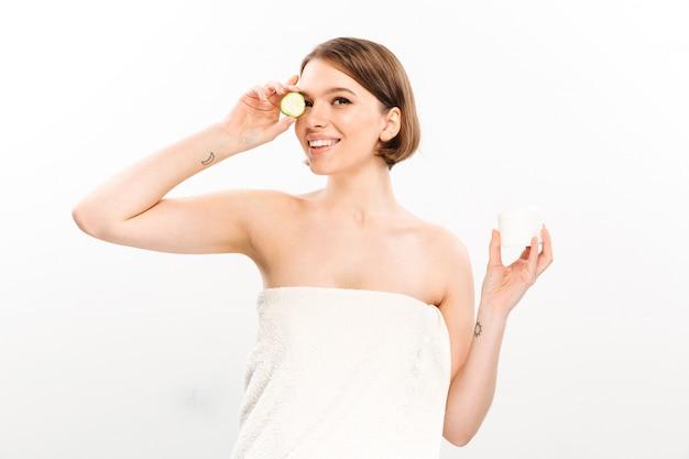 Портрет красоты жизнерадостной женщины с короткими волосами брюнетки