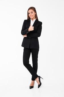 Веселая деловая женщина показывает палец вверх