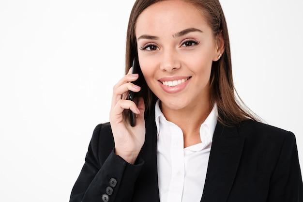 Веселая деловая женщина разговаривает по телефону