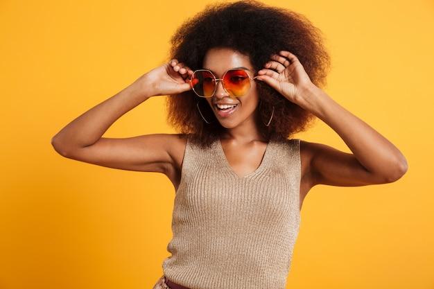 笑顔のアフロアメリカンの女性の肖像画