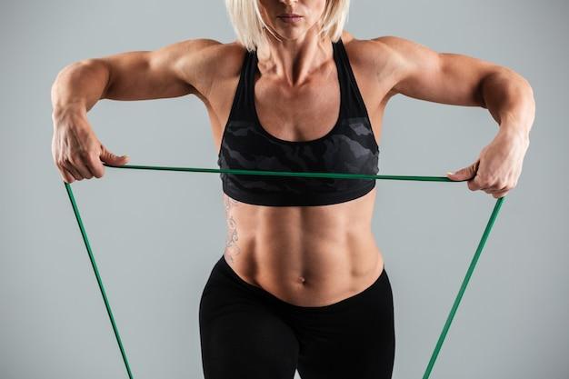 Мускулистая взрослая спортсменка