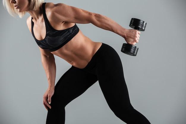 筋肉のスポーツウーマン