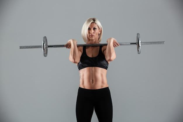 自信を持って筋肉の大人のスポーツウーマンの肖像画