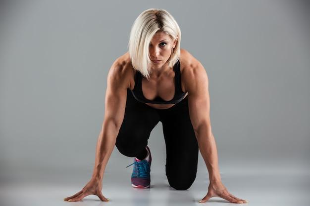 焦点を当てた筋肉フィットスポーツウーマンの肖像画