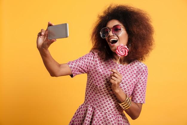 かなり笑うアフロアメリカンの女性の肖像画