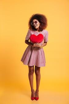 笑顔の幸せなアフロアメリカンの女性の完全な長さの肖像画