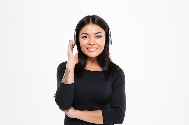 ヘッドフォンで音楽を聴く幸せなアジア女