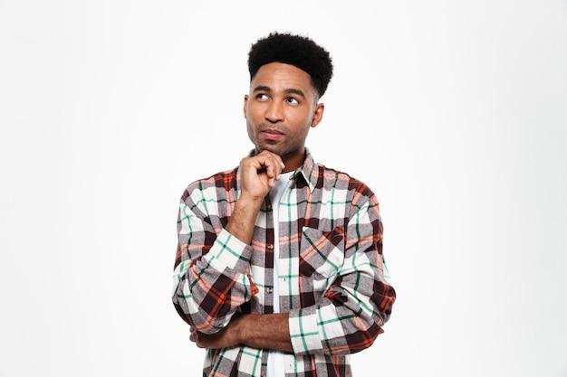 Портрет задумчивого молодого африканского человека