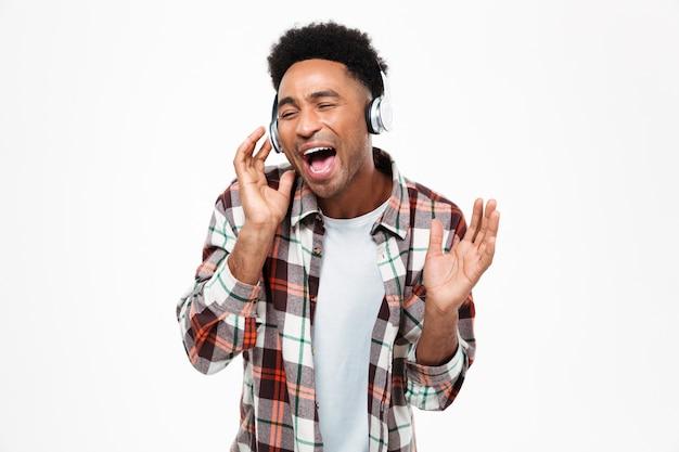 Портрет веселого молодого афро-американского человека