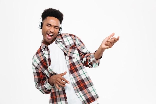 幸せな若いアフロアメリカンの男の肖像