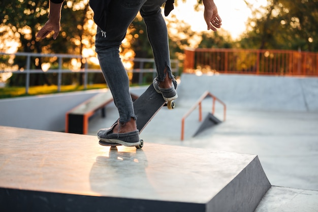 若いスケートボーダーのクローズアップ