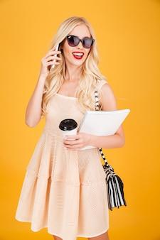 Красивая молодая модная блондинка