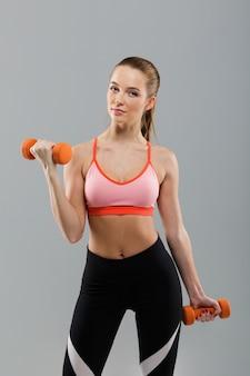 Портрет молодой красивой спортивной женщины