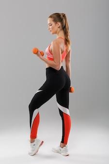 Портрет сбоку концентрированной женщины спорт
