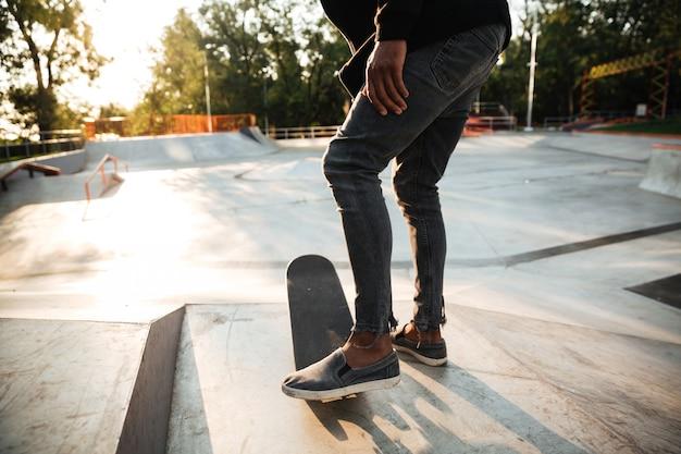 Крупным планом скейтбордистов ноги кататься на коньках