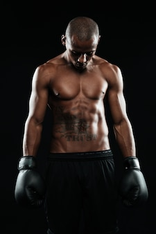 Портрет молодого афроамериканского боксера в перчатках
