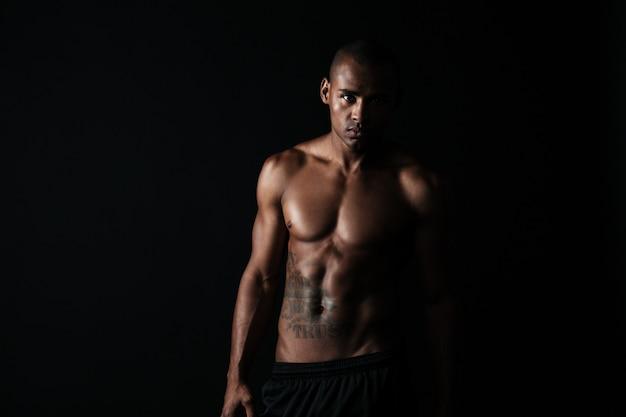 半裸のアフロアメリカンスポーツ男
