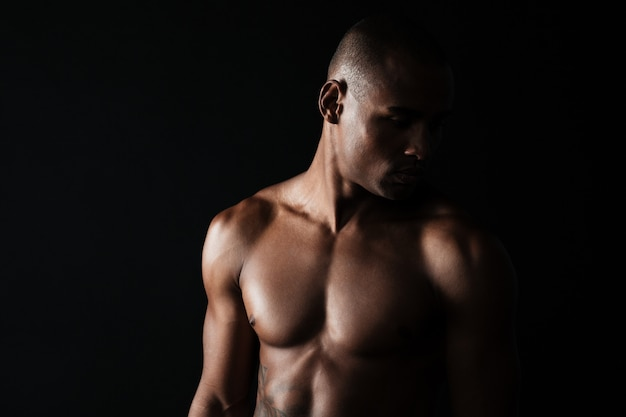 アフロアメリカンの筋肉質の若い男のクローズアップ写真