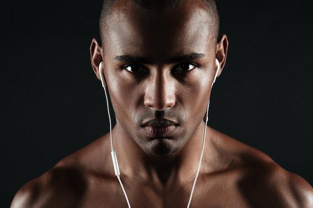 深刻なアフロアメリカンの若い男のクローズアップ写真