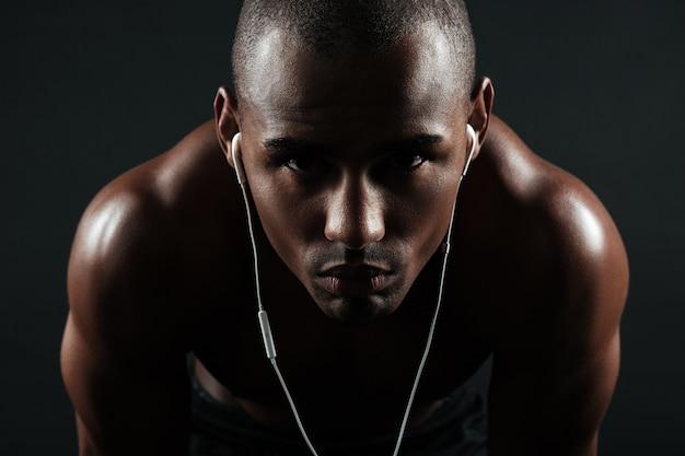深刻なアフロアメリカンスポーツ男のクローズアップ写真