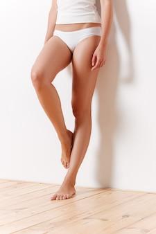 Портрет половины стройного женского тела в нижнем белье