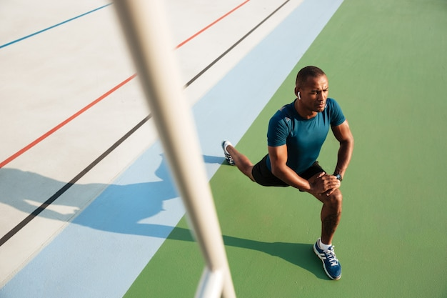 ストレッチを行う若いアフリカスポーツマンの上面肖像画