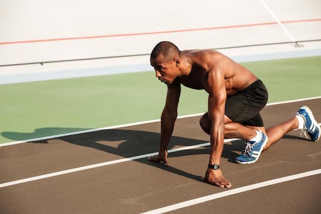 集中して健康的なアフロアメリカンスポーツマンの肖像画