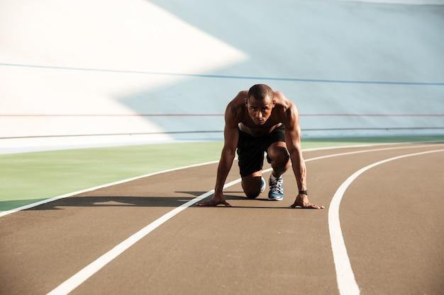 集中して若いアフロアメリカンスポーツマンの肖像画
