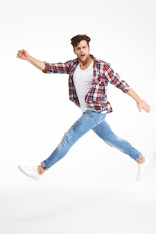 ジャンプカジュアルな若い男の完全な長さの肖像画