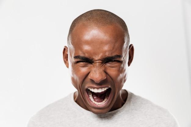 感情的に叫んでいる若いアフリカ人