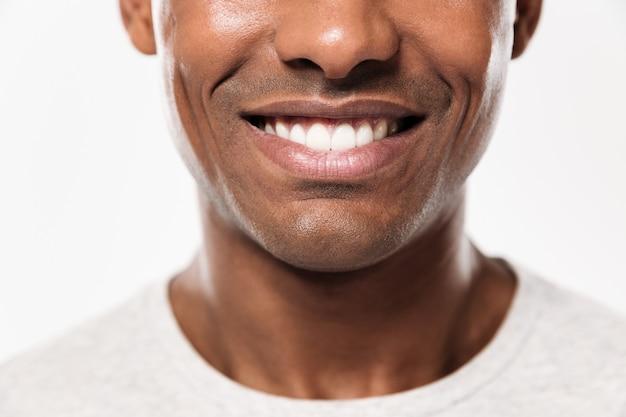 若い陽気なアフリカ人のクローズアップ笑顔