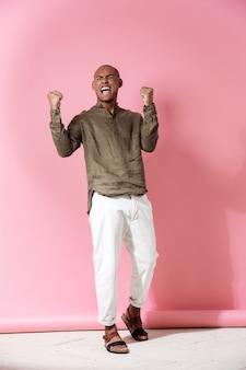 Полнометражное изображение счастливого кричащего африканского человека