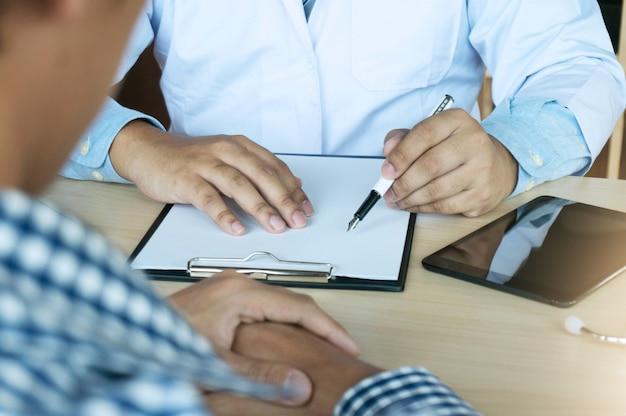 白い均一なガウンコートのインタビューで専門医。
