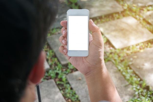 携帯電話の空白のコピースペースの画面を保持している男の手のトリプルショットビュー。テクノロジーコンセプトのスマートフォン