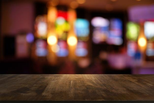 Пустой темный деревянный стол перед абстрактным размытым боке фоне ресторана. может использоваться для отображения или монтажа ваших продуктов. загрузитесь в космос.