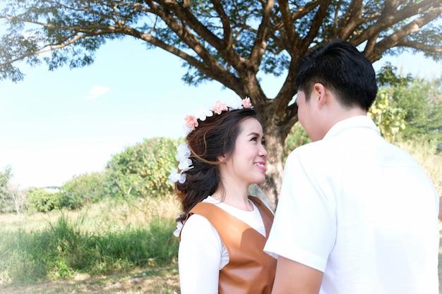 若いカップルが公園で踊っています。ロマンチックな新婚旅行
