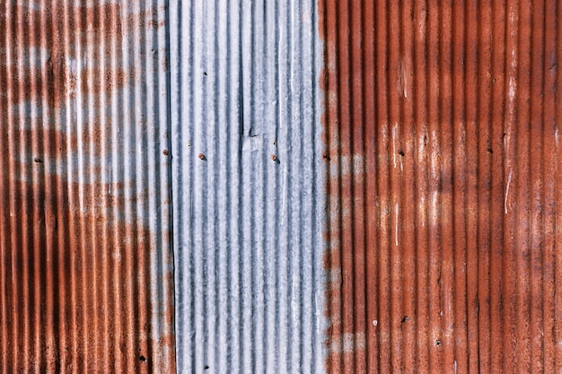 古い錆びた亜鉛メッキ。錆び、傷ついた鋼鉄