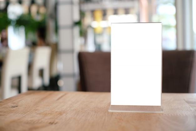 バーレストランカフェの木製テーブルに立つメニューフレーム