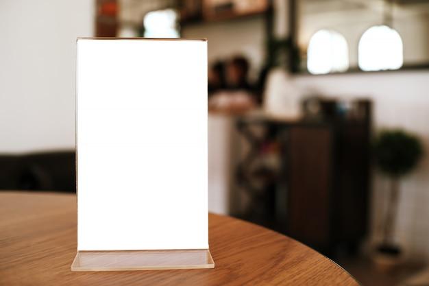 バーレストランカフェの木製テーブルに立つメニューフレーム。テキストマーケティングプロモーションのためのスペース