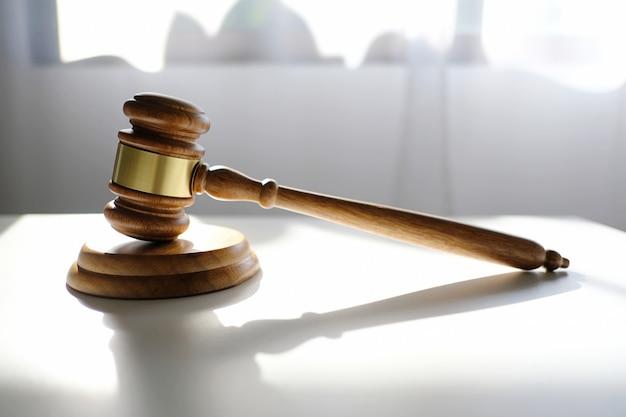弁護士の机の上の裁判官小槌ハンマー。