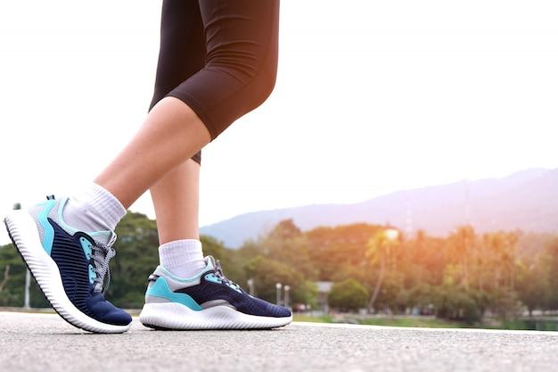 道路を走る選手のランナーの足。