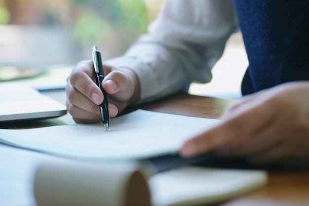 ビジネス文書広告デザイン事務所のテーブルのデザイン。