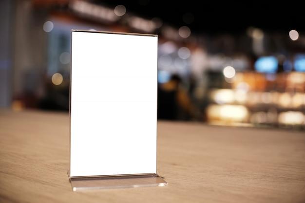 Рамка меню стоя на деревянной таблице в кафе бар-ресторана. место для текста