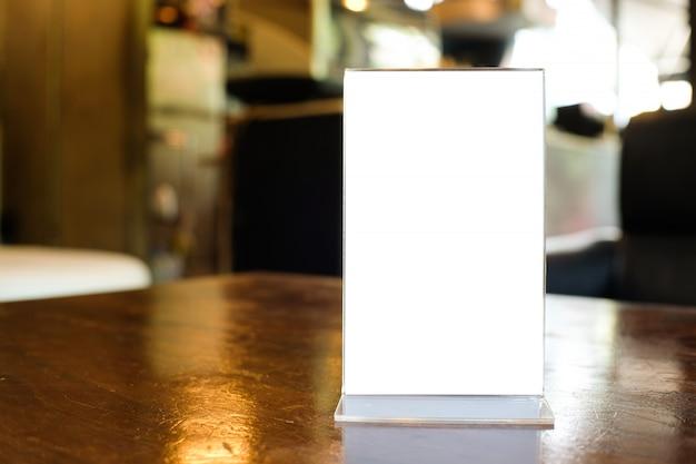 Рамка меню стоя на деревянной таблице в кафе бар-ресторана.