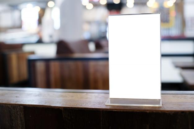 Рамка меню для продвижения текстового маркетинга стоя на деревянном столе в кафе-баре ресторана